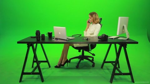 vj video background Angry-Business-Woman-Talking-on-the-Phone-Green-Screen-Footage_003