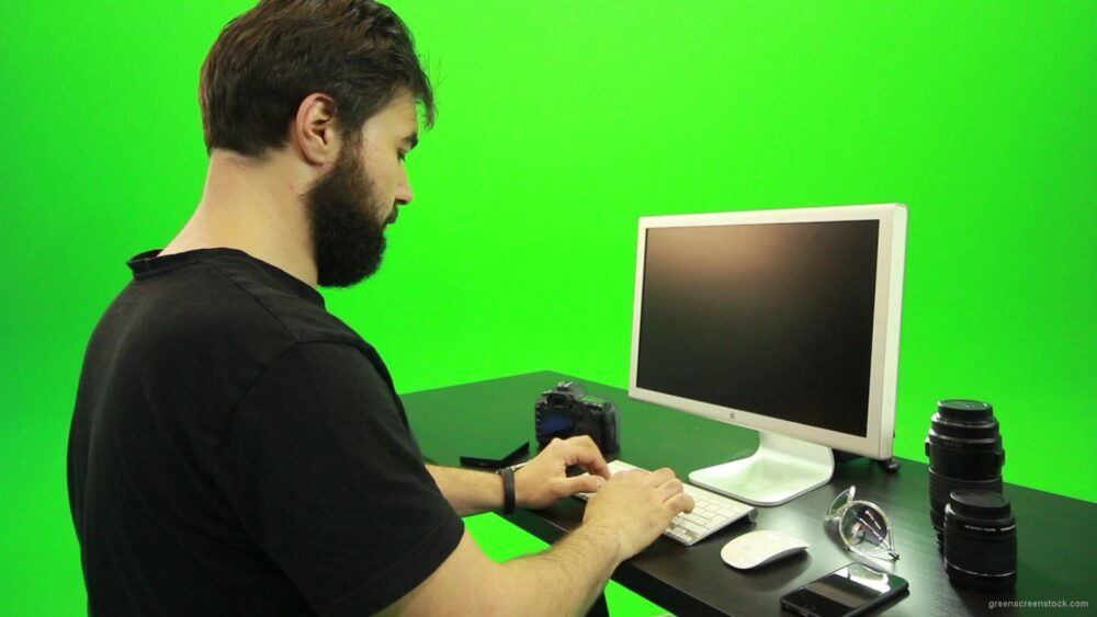 vj video background Beard-Man-Working-on-the-Computer-Green-Screen-Footage_003