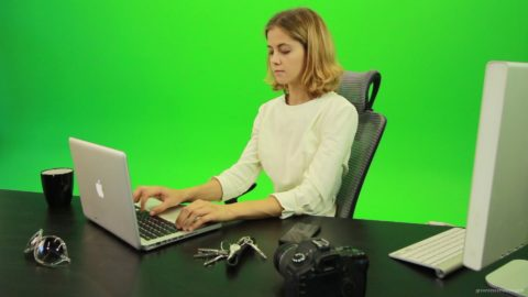 vj video background Serious-Business-Woman-Working-on-the-Computer-Green-Screen-Footage_003