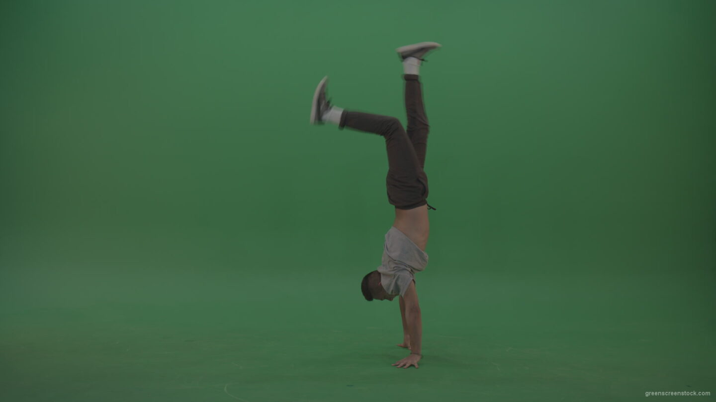 vj video background Man-dancing-and-staying-on-hand-on-the-green-floor-green-screen_003