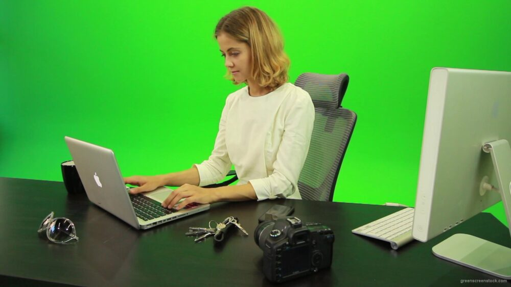 vj video background Business-Woman-Relaxing-and-Drinking-Coffee-after-Hard-Work-Green-Screen-Footage_003