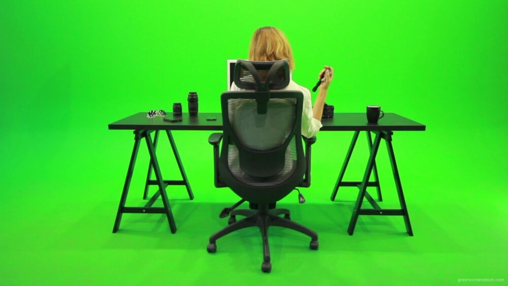 vj video background Woman-Searching-in-the-Phone-Green-Screen-Footage_003