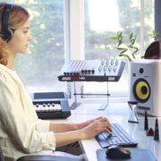 Woman-Working-in-the-Studio-2-Green-Screen-Footage_007 Green Screen Stock